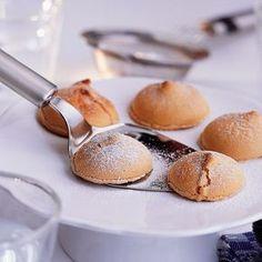 Descubre como preparar paso a paso la receta de Merengues de café. Te contamos los trucos para que triunfes en la cocina con Postres para chuparse los dedos