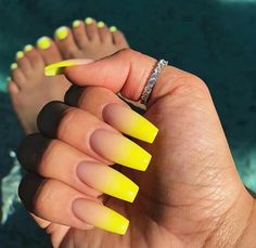 False nails have the advantage of offering a manicure worthy of the most advanced backstage and to hold longer than a simple nail polish. The problem is how to remove them without damaging your nails. Best Acrylic Nails, Summer Acrylic Nails, Acrylic Nail Designs, Acrylic Nails Yellow, Holiday Acrylic Nails, Acrylic Nails Coffin Ombre, Yellow Nails Design, Yellow Nail Art, Neon Yellow Nails