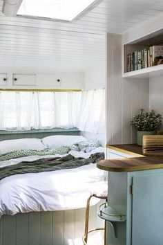 caravan decor 103582860166339570 - The Block's Michael and Carlene Duffy, self-confessed caravan geeks and most recently hosts of 'Ready, Set, Reno', completely renovate a vintage Viscount 'van. Source by mmackinven Interior Cladding, Simple Interior, Wall Cladding, Interior Walls, Interior Design, Camper Interior, Interior Ideas, Caravan Vintage, Vintage Caravans