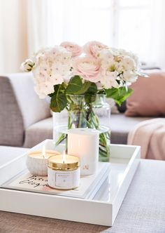 An awakening flower garden or the fresh spring bouquet - preferably . An awakening flower garden or the fresh spring bouquet - we would always like to enjoy this fragrance experience. No problem, with the scented candles. Coffee Table Styling, Decorating Coffee Tables, Coffee Table Tray Decor, Tray Styling, Deco Rose, Deco Floral, Spring Bouquet, Diy Décoration, Decoration Table