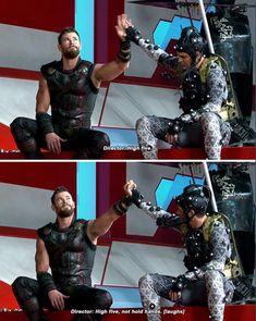 Ruffalo's hands look so small in comparison to hemsworth's Dc Memes, Marvel Memes, Avengers Memes, Marvel Funny, Marvel Dc Comics, Marvel Avengers, Bae, Loki Thor, The Villain