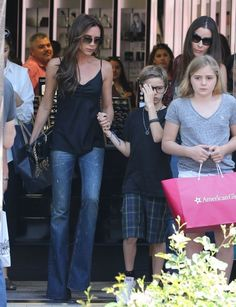 Victoria Beckham Photos Photos - Singer Victoria Beckham spends Memorial Day shopping with her family at The Grove in Los Angeles, California on May 27, 2013. Victoria was joined by Gordon Ramsay's wife Tana Ramsay as well as their children! - Victoria Beckham Shops with Her Family