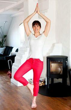 Trädet Gört: Stå med fötterna höftbrett isär och ha armarna vid sidorna av kroppen. Lägg tyngden på vänster fot. Lyft sakta höger fot och placera den på insidan av vänster ben. Placera foten så högt att du kan behålla balansen, men inte precis på knä-skålen. Låt höger knä peka ut åt sidan. För större utmaning för du ihop händerna framför bröstet och sträcker dem upp över huvudet. Stanna i ett par andetag. Återgå till start och upprepa på andra benet. Gör 10–15 repetitioner.