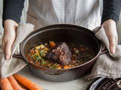Deftiger Rinderschmorbraten mit Gemüse und Rotweinsauce