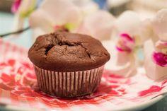 I muffin al cioccolato sono dei dolcetti golosi, imperdibili se amate il cioccolato più di ogni altra cosa. Potete gustarli a colazione o a merenda, sono facili da preparare e possono essere personalizzati in base ai vostri gusti. Cosa volete di più?