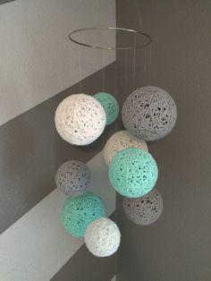 Mobile de boule de fil en blanc, gris et turquoise