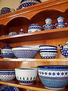 I've started very slowly collecting pieces of Polish pottery from Boleslawic....looooove the crazy patterns