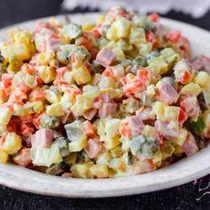 Salata Boeuf este atractia principala a mesei de Craciun, dar incearca si varianta sanatoasa a acestui preparat! Vezi vedea ca are acelasi gust! Pasta Salad, Cobb Salad, Potato Salad, Healthy Lifestyle, Salads, Food And Drink, Vegetarian, Vegetables, Cooking