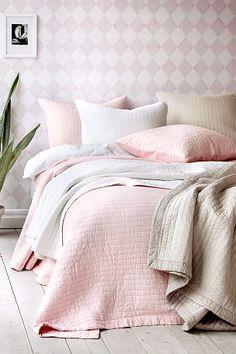 Stribequiltet sengetæppe i blød vasket kvalitet. Bagside af polyester. <br><br>100% bomuld<br>Fyld: 100% bomuld<br>Vask 40°
