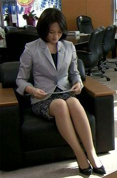 鈴木奈穂子 Carol Kirkwood, Nhk, Nice Legs, Working Woman, Work Fashion, Suits For Women, Curvy, Feminine, Actresses