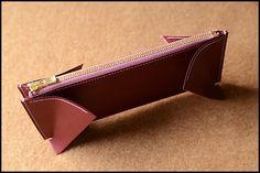 小銭入れにマチを縫い合わせてコバを磨いたら、マチの下側を縫い割ります。