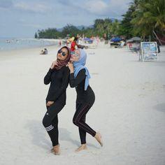Summer Clothes, Summer Outfits, Video Hijab, Hijab Fashion, Women's Fashion, Hijab Jeans, Batik Kebaya, Beautiful Muslim Women, Arab Women