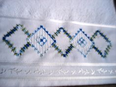 Toalha de lavabo Santista, bordada em crivo sem corte. R$ 32,00