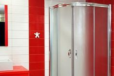 ¿Sabes cómo limpiar la mampara de la ducha? Muchas veces nos preocupamos más de que el plato de ducha quede bien limpio, pero nos olvidamos de la mampara, echa un vistazo a estos consejos.