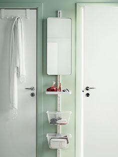 ALGOT Wandschienen mit Spiegel und Körben in Weiß an einer schmalen Wand zwischen zwei Türen