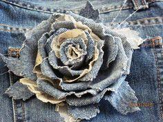 I love this beautiful denim and lace rose. Unfortunately no tutorial but looks easy enough to figure it out from the photo.   Prior pin: Meu+cachixó+!:+BOLSAS:DE+JEANS,CROCHÊ+E+TECIDO+COM+FLORES+,FRANJA...