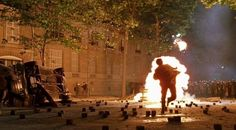 The Dreamers (2003) - Clashes with the police on Avenue de Messine.