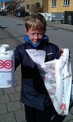 Se, jeg samler ind! Sød dreng i fuld gang. #Landsindsamling #Visflaget