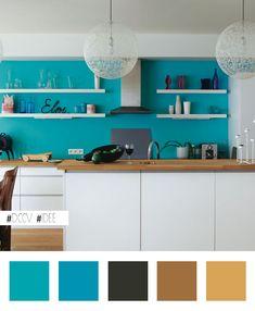 Idée maline : égayer une cuisine blanche en peignant le mur du fond en turquoise…