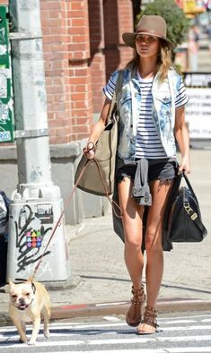 Chrissy Teigen, deciding stripping off is the new covering up, as she swapped her outfit while out for a walk in New York with her dog. Looks Style, Style Me, Chrissy Teigen Style, Summer Outfits, Cute Outfits, Catwalk Models, Warm Weather Outfits, Inspiration Mode, What To Wear