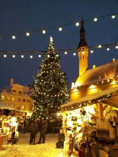 Raatihuoneen tori on Tallinnan Vanhankaupungn keskipiste. Joulukuun alusta aina loppiaiseen asti järjestetään suositut joulumarkkinat. Christmas In The City, All Things Christmas, Christmas Tree, Seasons Of The Year, Town Hall, Four Square, Holiday Decor, Teal Christmas Tree, Xmas Trees