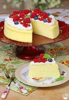 Японский чизкейк также называется хлопковый чизкейк, ведь по своей структуре он легкий, воздушный и нежный. Этот чизкейк отличается от классического меньшим… Russian Desserts, Russian Recipes, Sweet Desserts, Sweet Recipes, Cheesecake Recipes, Dessert Recipes, Raw Cake, Sweet Bakery, Different Cakes