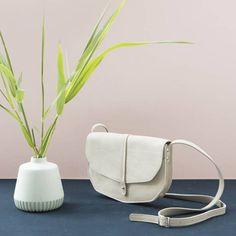 Een stijlvolle leren tas van Keecie die groot genoeg is om als tas-voor-elke-dag te gebruiken. Je belangrijkste spullen passen erin, met nog wat extra ruimte. Met twee handige vakjes op de achterkant van de Keecie tas om alles snel bij de hand te hebben.