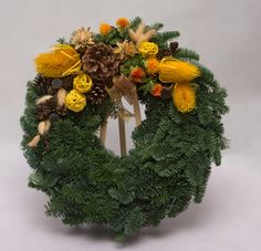 dušičkové vazby ze šišek - Hledat Googlem All Saints Day, Sympathy Flowers, Door Wreaths, Handmade Christmas, Christmas Wreaths, Floral Wreath, Create, Holiday Decor, Fall