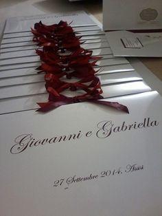 Cartelline personalizzate sui tono del rosso con grafica realizzata a china all interno. complete di biglietto di ringraziamento per gli ospiti