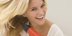 Cabelos - Escovar o Cabelo Sozinha! Como Fazer? Dicas e truques na hora de usar o secador em casa. Vem conferir: www.maquiagemecasamento.com.br