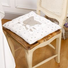 Dining chair pads - If your dining room chairs have seen better days, maybe it's time to give them a face-lift, or rather, a seat lift. Dining Chair Pads, Linen Dining Chairs, Old Chairs, Rustic French, French Farmhouse, French Country, Farmhouse Style Kitchen, Country Kitchen, French Home Decor