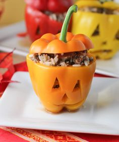 Halloween Stuffed Peppers - so cute and so delicious! We made this for Halloween Also a good year round recipe for stuffed peppers. Good idea for meal prep Halloween Snacks, Hallowen Food, Healthy Halloween, Halloween Dinner, Diy Halloween, Halloween Decorations, Halloween Halloween, Dessert Halloween, Halloween Stuffed Peppers