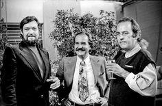 Fotografía inédita de Julio Cortázar, Carlos Fuentes y Alberto Gironella durante la fiesta que el pintor ofreció en honor de Luis Buñuel, con motivo del cumpleaños 75 del cineasta español, en la galería GDA.