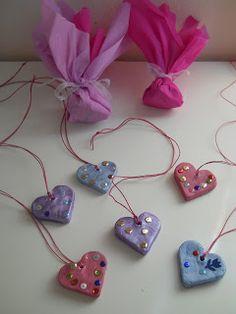 Χρόνια Πολλά σε όλες τις μανούλες του κόσμου!   Να και το δικό μας δωράκι για τις μαμάδες μας φτιαγμένο με πολλή πολλή αγάπη... Καρδούλες α...