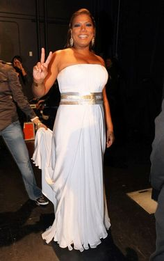 Queen Latifah breaks all the rules about curvy women wearing white and looks simply irresistible in a custom made Georges Chakra strapless gown. Queen Latifah, Jackie Kennedy, Curvy Girl Fashion, Plus Size Fashion, Queen Fashion, Simple Dresses, Plus Size Dresses, Greek Dress, Mode Plus