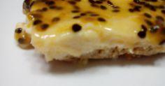 Ingredientes: - 400g de bolachas digestivas - 140g de margarina - 5 Ovos - 200ml de natas - 120g de açúcar - raspa e sumo de 1 limão ...