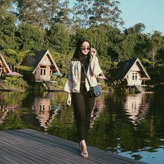 "966 Suka, 3 Komentar - Hijab Fashion - Hijab OOTD (@dailyhijabstory) di Instagram: ""Beauteous #dailyhijabstory photo by @deciadhara"" Casual Chic Summer, Casual Chic Style, Cool Style, Hijab Casual, Hijab Outfit, Fashion Model Poses, Fashion Models, Hijab Fashion, Fashion Outfits"