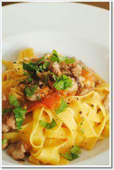 新商品の手打ちパスタ、タリアテッレを使ったサルシッチャとフレッシュトマトのソース