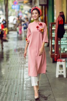 This style is part of a new collection of fashion ao dai made for the modern woman. The ao dai dress is pink with floral details. Vietnamese Traditional Dress, Vietnamese Dress, Traditional Dresses, Kurta Designs, Ao Dai Cach Tan, Wedding Dress, Couture, Indian Designer Wear, Mannequins
