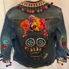 Mexikanische Jeansjacke / Day of the Dead Jeansjacke / mexikanische Designer Hooman . Denim Vintage, Demin Jacket, Denim Crafts, Mexican Designs, Batik, Painted Clothes, Floral Sleeve, One Piece Swimwear, Refashion