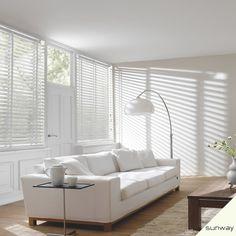 Luxaflex in het wit (icm witte meubels en houten vloer)