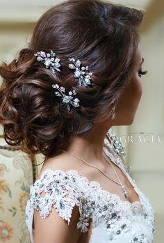 Wedding Hair Clips, Bridal Hair Pins, Wedding Hair And Makeup, Wedding Hair Accessories, Side Bun Wedding, Bridal Tips, Bridal Hair Flowers, Wedding Updo, Flower Hair
