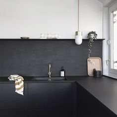 T.D.C   Black kitchen by Stylizimo