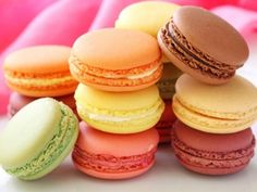 A macaron, a sweet meringue-based confection. The macaron is commonly filled with ganache, buttercream or jam filling sandwiched between two biscuits. Desserts Français, Delicious Desserts, Dessert Recipes, Yummy Food, Unique Desserts, French Desserts, Baking Recipes, Cookie Recipes, Nut Free Macaron Recipe