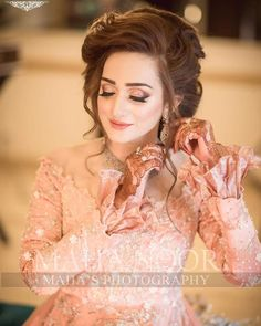 Image may contain: one or more people Asian Wedding Dress Pakistani, Pakistani Bridal Hairstyles, Pakistani Bridal Couture, Pakistani Bridal Makeup, Bride Hairstyles, Pakistani Dresses, Bridal Lehenga, Hd Bridal Makeup, Bridal Makeup Looks
