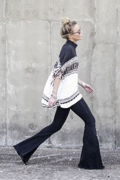spring / summer - fall / winter - street style - street chic style - casual outfits - fall outfits - navy and white knit fringe poncho + dark denim flare jeans + black wedges + mirror sunglasses Street Style Chic, Street Look, Street Wear, Backstage Mode, Look Fashion, Womens Fashion, Fashion Trends, Gypsy Fashion, Fashion Fall