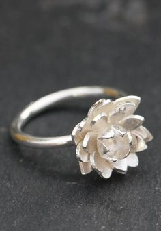 Flower ring in sterling silver carved lotus flower fixed on the silver ring. Creative Crafts frannçaise: Aline Kokinopoulos