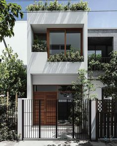 20 projetos de casas pequenas para se inspirar! – Beijos, Blues & Poesia ❤ Minimal House Design, Modern Small House Design, Modern Minimalist House, Minimal Home, House Front Design, Small Modern Houses, Small Modern House Exterior, Narrow House Designs, Townhouse Designs