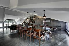 Skechers TR-Manager's Room designed by Zemberek Design marble meeting table  #interiordesign #interior #interiordesignideas #interiorstyling #homeoffice #officedesign #plants #concretefloor #meetingtable #marbletable
