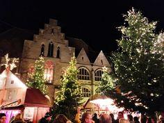 Da har turen kommet til julemarked nr. 3 på min rundreise i Tyskland. Julemarkedet i Hildesheim ligger vakkert plassert på markedsplassen i sentrum av byen med flotte bindingsverkshus som bakteppe. Julemarkedet holder åpent fra 24. november til 26. desember alle dager fra kl. 11 til 20 (stengt 24. og 25. desember og redusert åpningstid 26. desember) Markedet har 65 spennende boder du kan handle i.